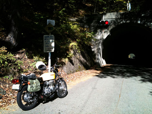 トンネル手前で信号待ち